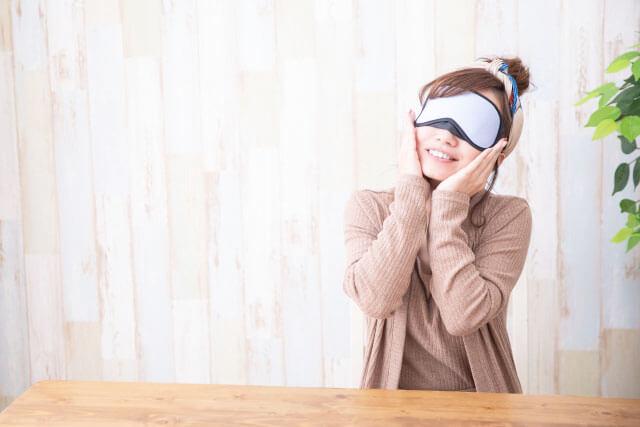 アイマスクをした女性